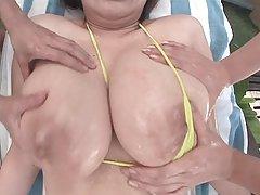 Busty filme xx babe în bikini lotiune masaj